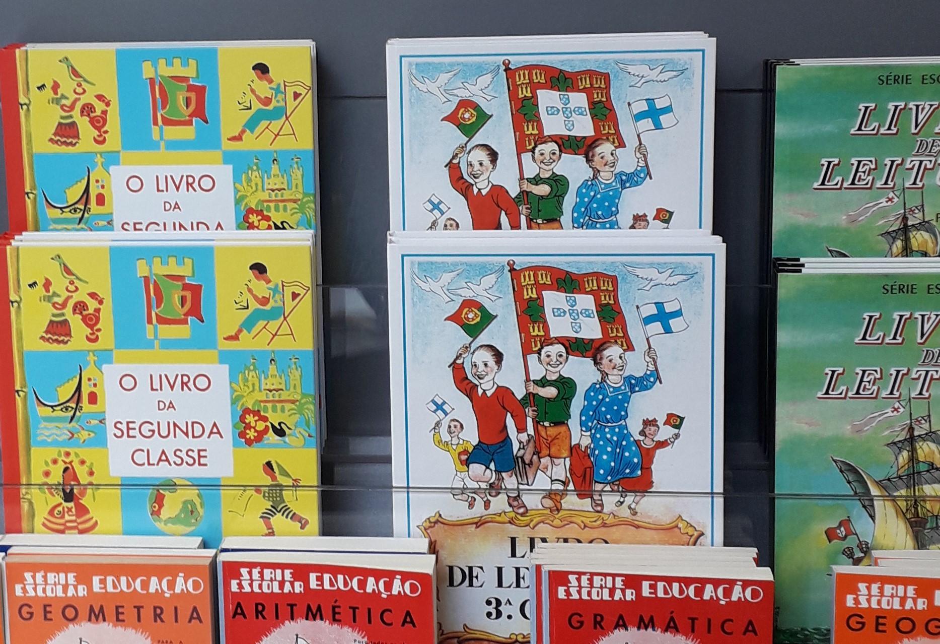 Livros escolares da ditadura à venda em Portugal