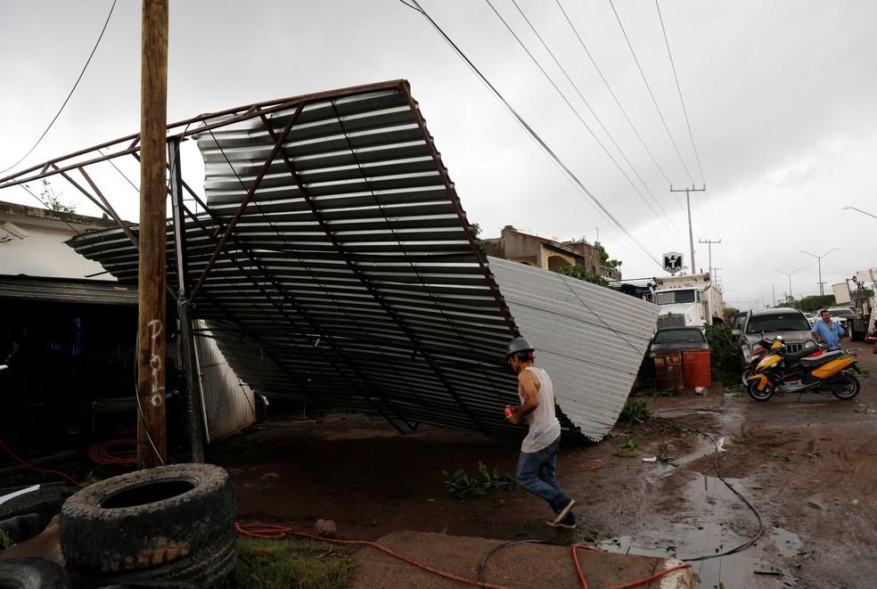 Estrutura desaba em Escuinapa, no sul do estado de Sinaloa, depois da passagem do furacão Willa, no México, nesta quarta-feira (24) — Foto: Henry Romero/Reuters