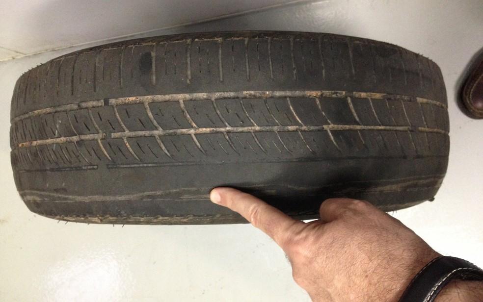 Desgaste irregular na banda de rodagem do pneu pode apontar problema de alinhamento (Foto: Denis Marum)