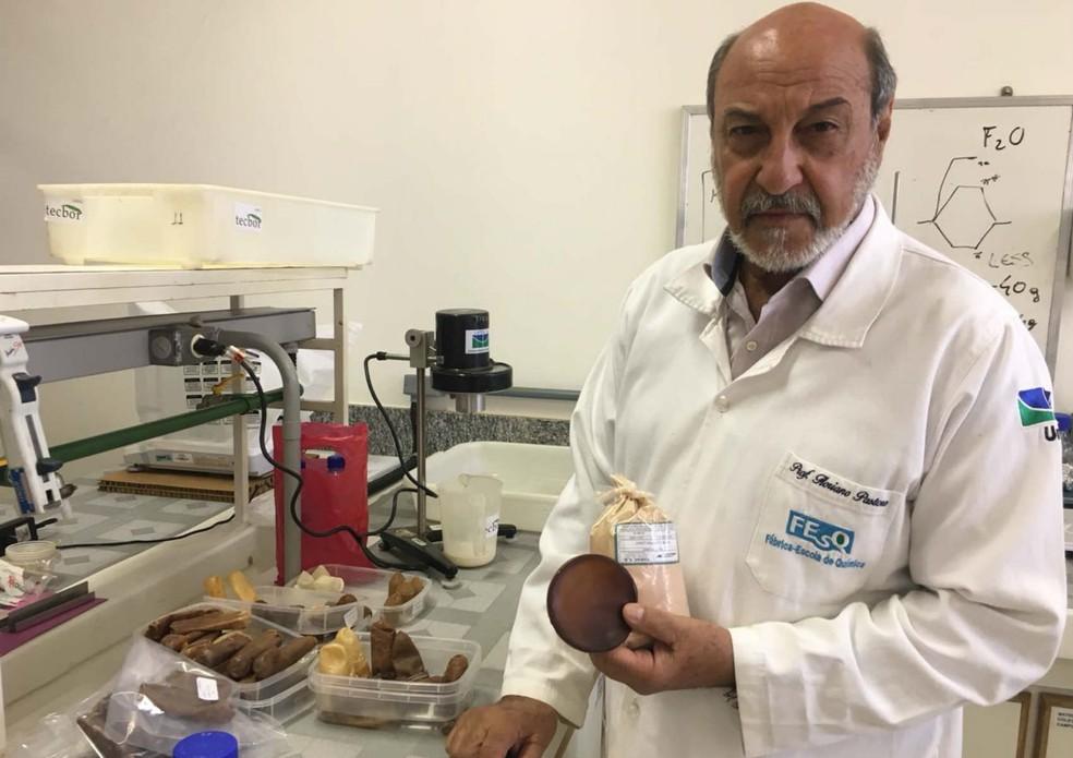 Professor Floriano Pastore Júnior, do Instituto de Química da UnB, com amostra de látex hipoalergênico (Foto: Gabriel Luiz/G1)