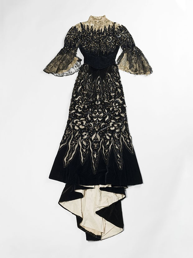 Evening gown by Beauchez, c. 1900, in silk velvet, lace, silk mousseline and tulle, with pearl and sequin embroidery  (Foto: © Julien Vidal/Galliera/Roger-Viollet)