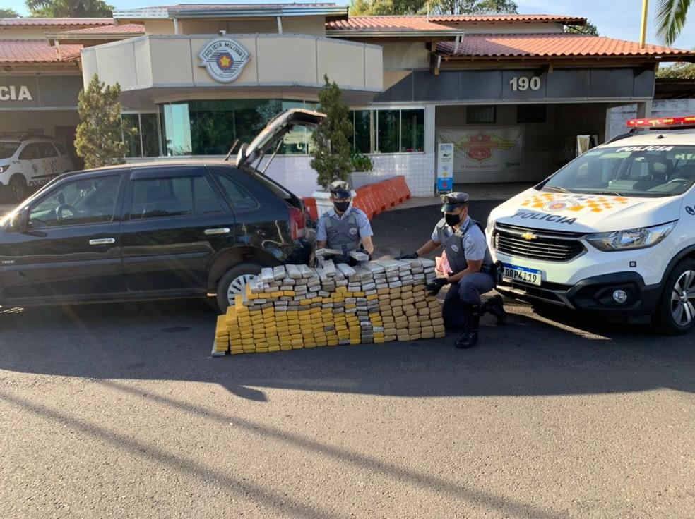 Drogas apreendidas em Marília (SP) estavm escondidas no porta-malas do veículo  — Foto: Polícia Rodoviária/ Divulgação