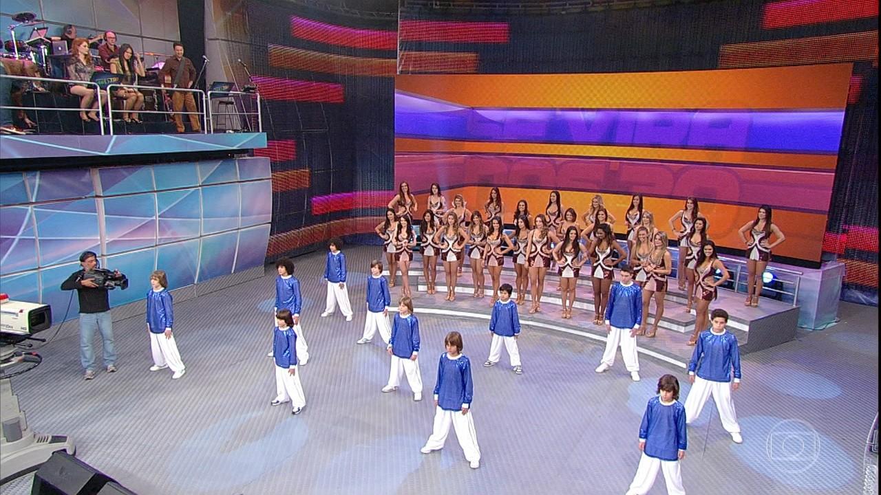 Se Vira Nos 30: Grupo X-Style se apresenta no palco do Domingão