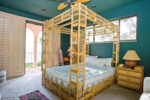 Cama com dossel em um dos quartos na nova casa do cantor Jon Bon Jovi (Foto: Trulia / TNI Press LTD / Reprodução)