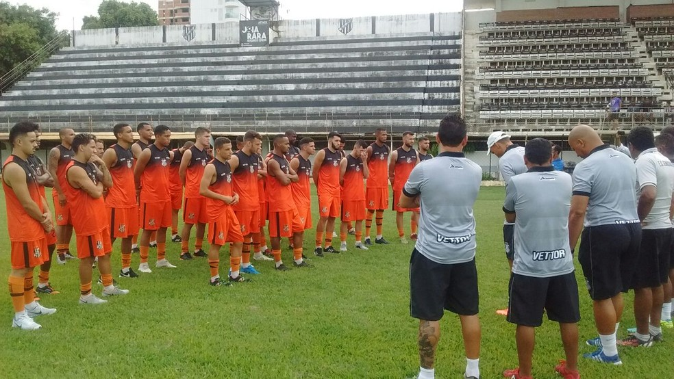 Jogadores tiveram bate papo com a comissão técnica (Foto: Zana Ferreira/GE)
