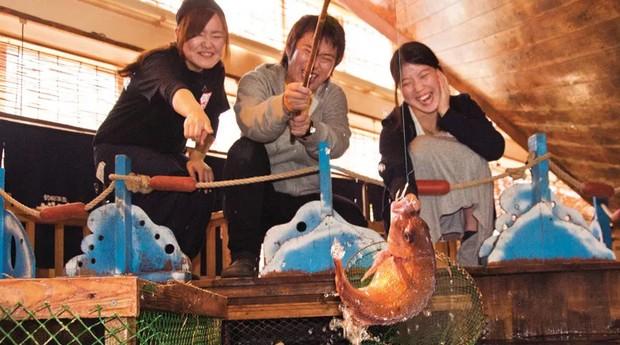 """Nas unidades do Zauo, os clientes """"pescam"""" a própria comida (Foto: Divulgação)"""