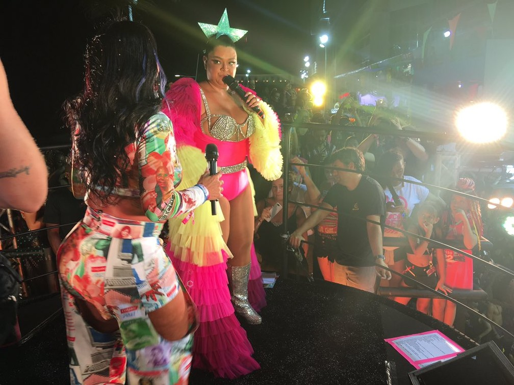Preta Gil chama Gretchen para cantar e dançar no trio durante o carnaval de Salvador — Foto: Leo Moreira/G1 BA