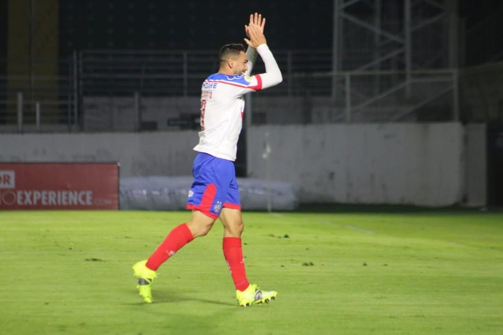 Gilberto comemora um dos seus gols contra o Bragantino — Foto: Bruno Queiroz/Divulgação/E.C.Bahia