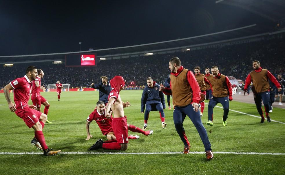 Aleksandar Prijovic é cercado por seus companheiros após fazer o gol da  vitória da Sérvia ( 6d3089b3c5d23