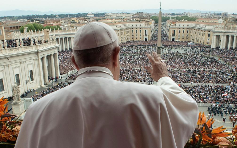 Papa Francisco durante a bênção 'Urbi et Orbi' a partir da varanda da basílica de São Pedro, na Páscoa do ano passado9 — Foto: Vaticano / via AFP Photo