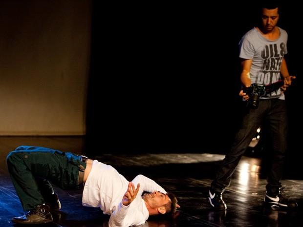 O coreógrafo Vanilton Lakka atua em espetáculo junto ao DJ Fernando Prado (Foto: Raissa Coe/Divulgação)