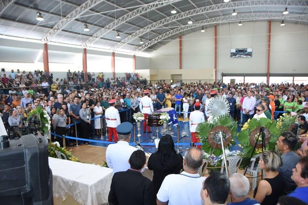 Amigos, familiares e autoridades prestam as últimas homenagens ao deputado estadual Humberto Coutinho, em Caxias. (Foto: Divulgação/Assembleia Legislativa do Maranhão)