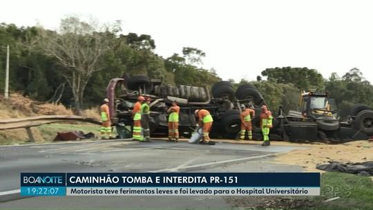 Caminhão carregado com soja tomba e interdita trecho da PRC-373, em Ponta Grossa