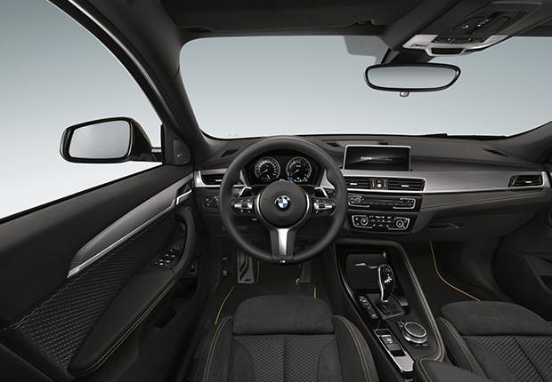 O interior do BMW X2 é moderno, funcional, vem com volante M e bancos esportivos (Foto: Divulgação)