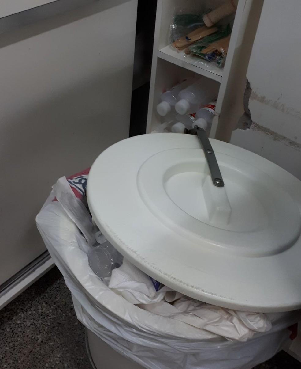 Lixo depositado próximo aos medicamentos — Foto: Coren-MT/Assessoria