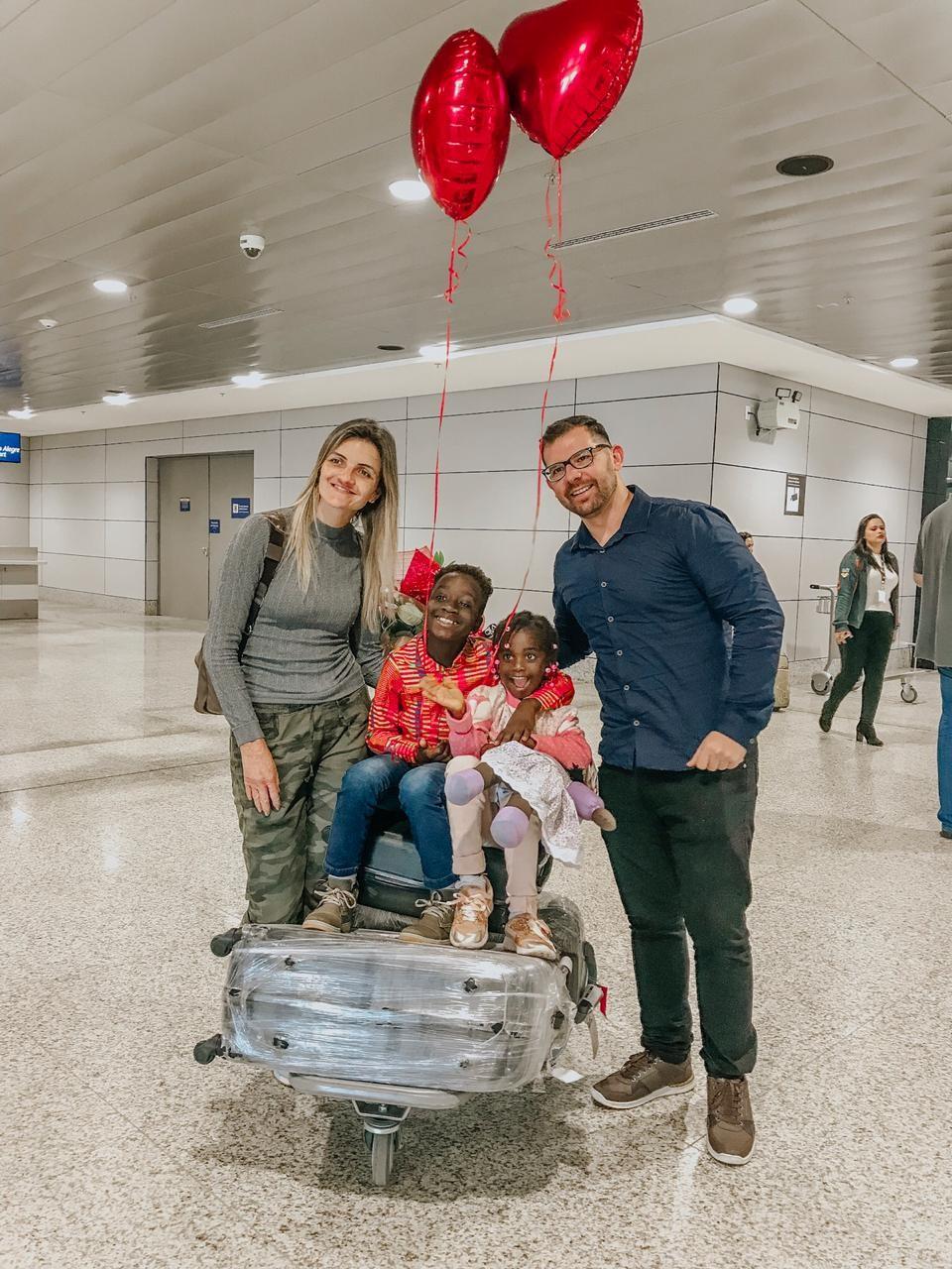 'Estamos completos', comemora família de Ivoti que retornou de Guiné-Bissau com irmã de filho adotivo - Notícias - Plantão Diário