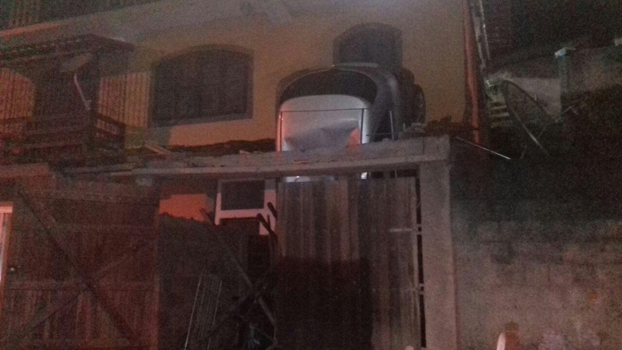Carro despenca de varanda em Angra dos Reis, na Costa Verde do Rio