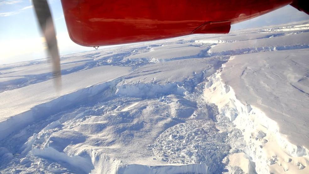 Vista aérea do Glaciar Thwaites, na Antártica — Foto: BBC