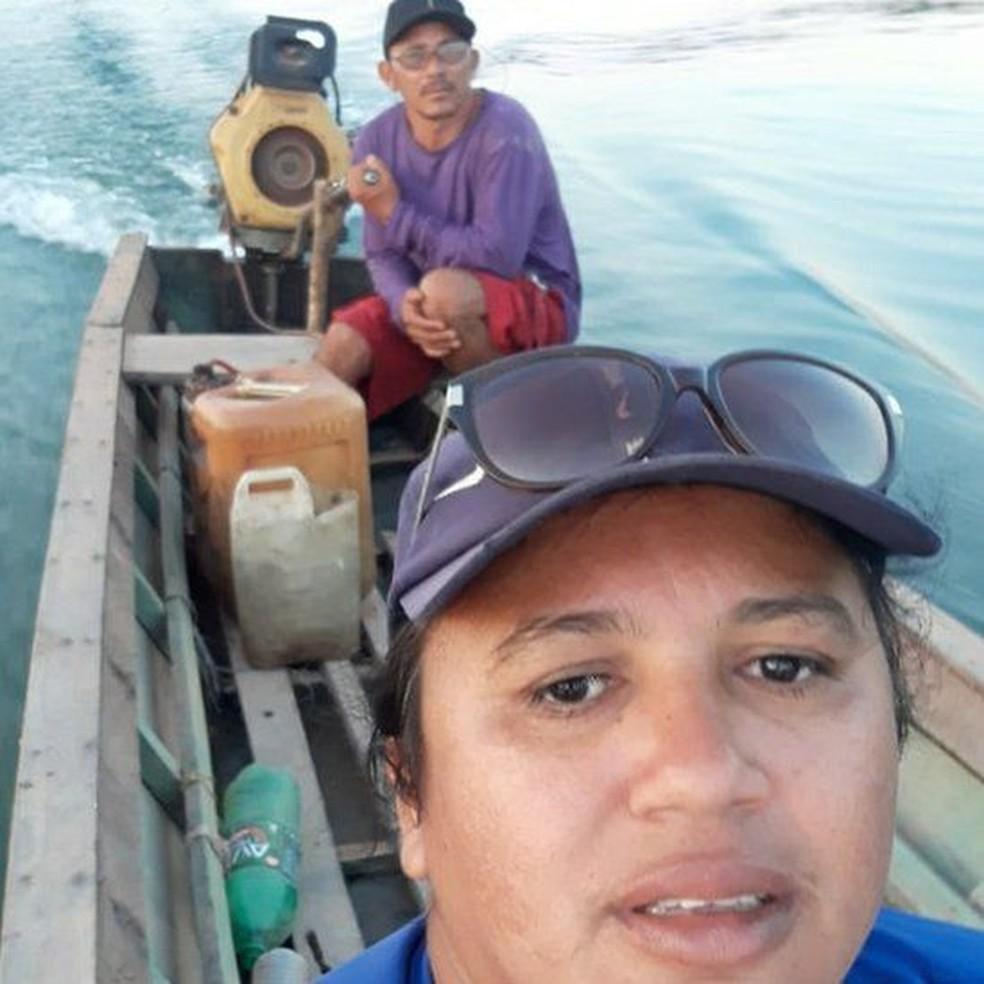 Geizy Carla Ribeiro usa um barco para levar materiais aos universitários indígenas do interior do Pará — Foto: Arquivo PEssoal/BBC