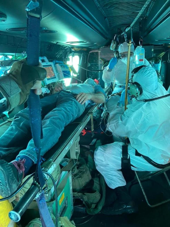 Tripulante turco foi levado ao Recife para tratar apendicite — Foto: FAB/Divulgação