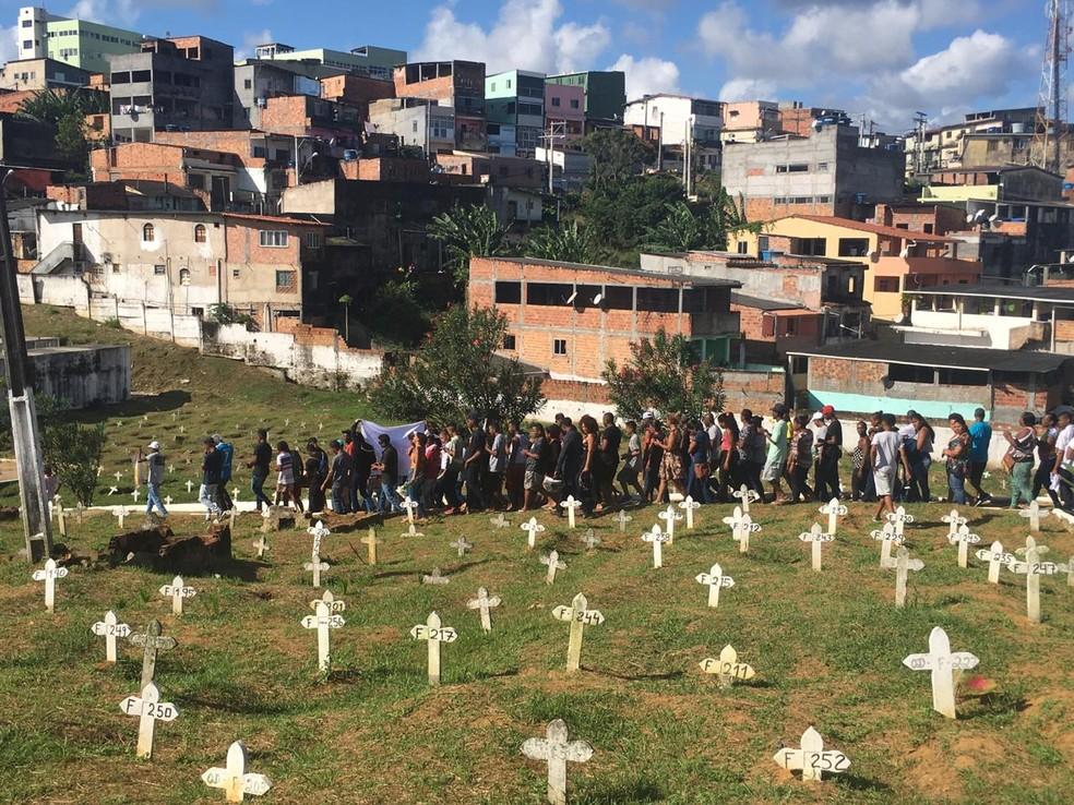 Corpo do adolescente de 15 anos balado foi enterrado no Cemitério Municipal de Plataforma — Foto: Isabela Cardoso/G1