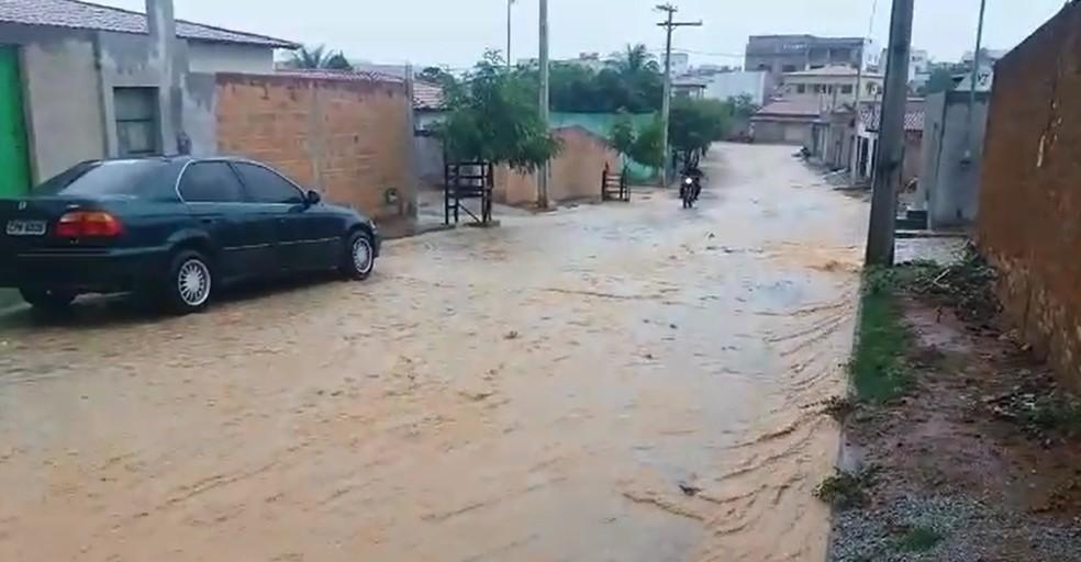 Chuva na cidade de Tanhaçu (Foto: Nilton Brito/Arquivo Pessoal)