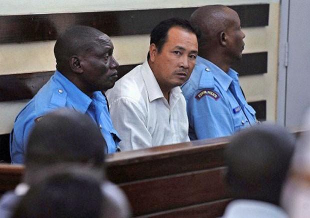 O chinês Tang Yong Jian (ao centro) é visto durante o julgamento realizado em Nairóbi, no Quênia, nesta segunda-feira (27) (Fot Tony Karumba/AFP)