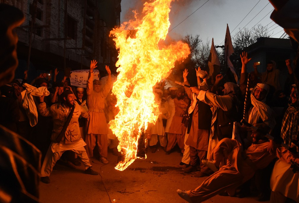 4 de janeiro - Manifestantes paquistaneses protestam queimando bandeira dos EUA, na cidade de Quetta, no Paquistão (Foto: Banaras Khan/AFP)