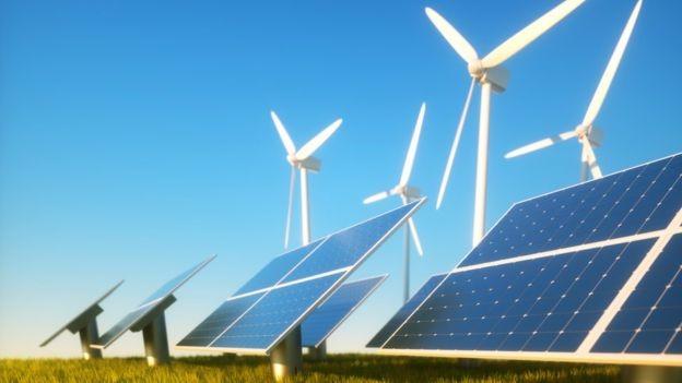 Em duas décadas, a energia eólica e solar vão representar quase metade da capacidade elétrica instalada no mundo (Foto: Getty Images via BBC News Brasil)
