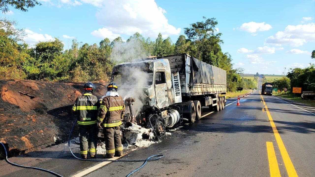 Incêndio em caminhão mobiliza o Corpo de Bombeiros na Rodovia Assis Chateaubriand