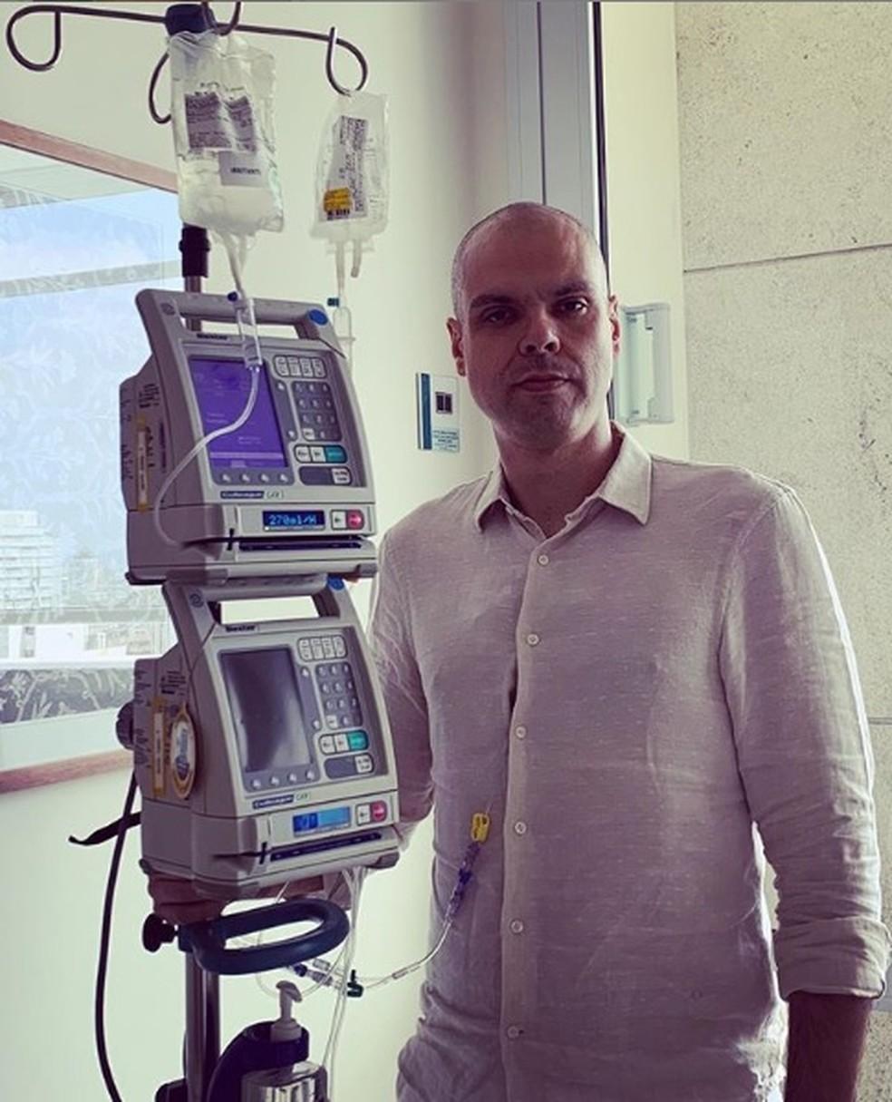 Bruno Covas enquanto realiza a terceira sessão de quimioterapia. Foto: Redes Sociais/Bruno Covas.