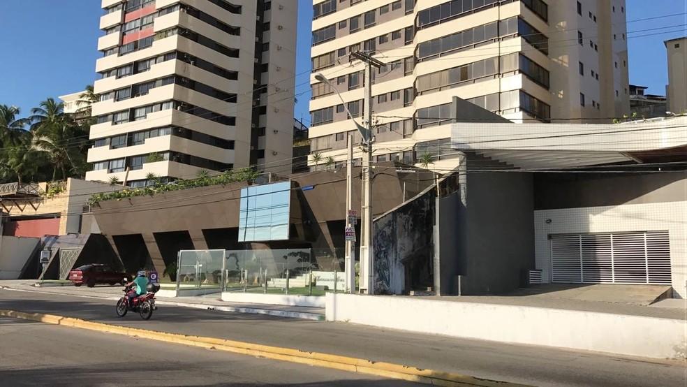 Edifício onde mora o governador Robinson Faria, alvo de operação da PF nesta terça-feira (Foto: Ítalo Di Lucena/Inter TV Cabugi)