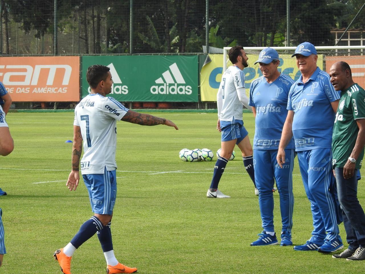 Jogadores do Palmeiras recebem visita de ídolo da Academia