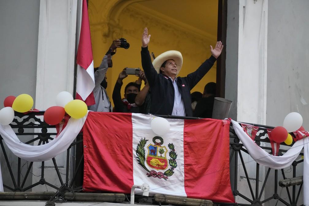 Pedro Castillo, candidato à Presidência do Peru, cumprimenta apoiadores que comemoram os resultados parciais da eleição que o colocam à frente da concorrente Keiko Fujimori, em sua sede de campanha em Lima em 7 de junho de 2021, um dia após o segundo turno — Foto: Martin Mejia/AP