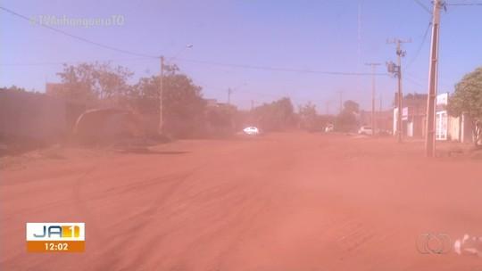 Casas em rua sem asfalto ficam cheias de poeira e moradores temem problemas de saúde