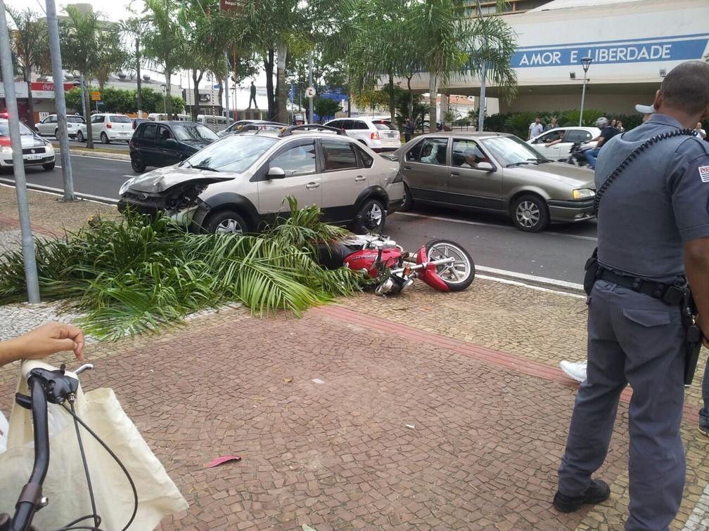 Após batida, carro invadiu canteiro central, arrancou coqueiro e atingiu moto, em avenida de Marília (Foto: Angelo César Casaro / Arquivo Pessoal)