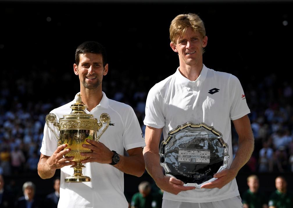 Novak Djokovic e Kevin Anderson na premiação (Foto: REUTERS/Tony O'Brien)