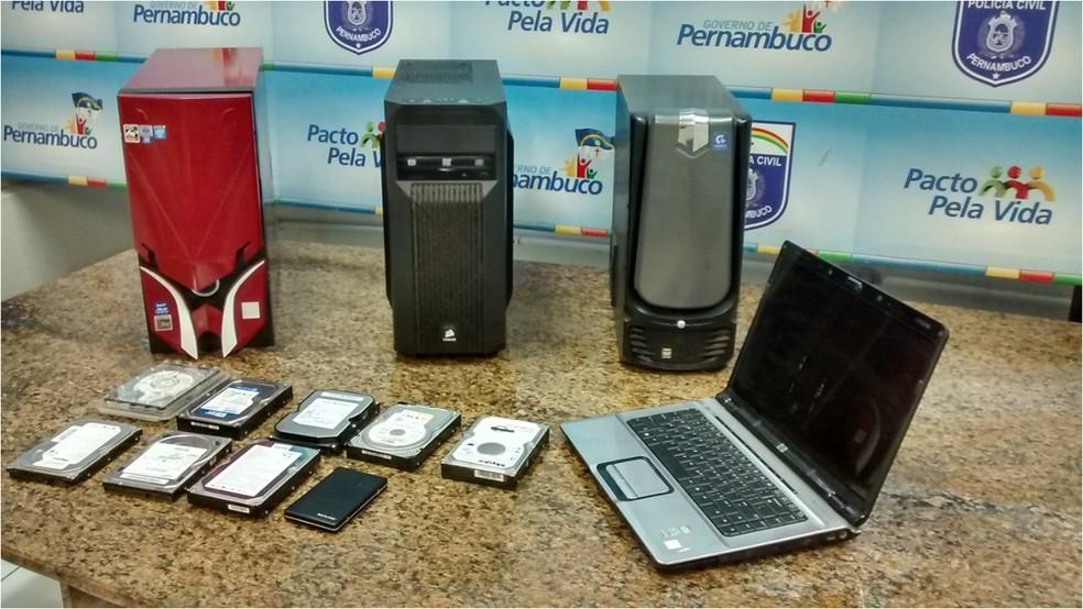 Computadores e discos rígidos foram apreendidos por policiais no Recife em ação de combate à pedofilia (Foto: Marina Meireles/G1)