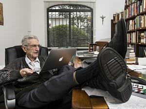 Plínio de Arruda Sampaio em seu escritório, em sua residência, no bairro Alto de Pinheiros, em São Paulo (SP), em foto feita em 2013 (Foto: Eduardo Knapp/Folhapress)