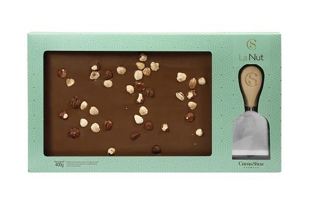 Para os chocólatras de plantão, o tablete LaNut feito com chocolate ao leite e pasta de avelã, com avelãs inteiras, ainda vem com uma espátula para corte como recordação. Cacau Show, R$49,90.  (Foto: Divulgação)