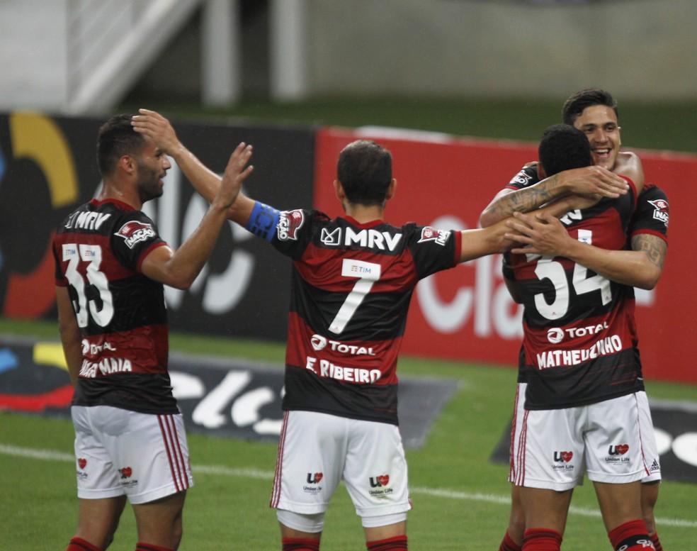Jogadores comemoram gol de Pedro — Foto: André Durão