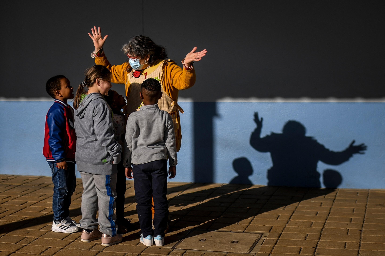 Professora recebe alunos na volta às aulas pós-quarentena em Portugal