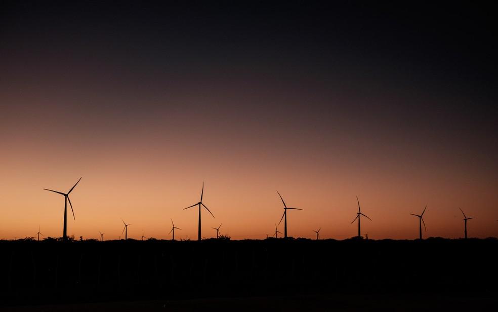 Turbinas eólicas são vistas na Serra do Mel (RN). Desenvolvido por três empresas de energia, incluindo o grupo francês Voltalia, o Parque Eólico foi inaugurado com 31 turbinas que têm o potencial para fornecer energia para 200 mil famílias — Foto: Yasuyoshi Chiba/AFP