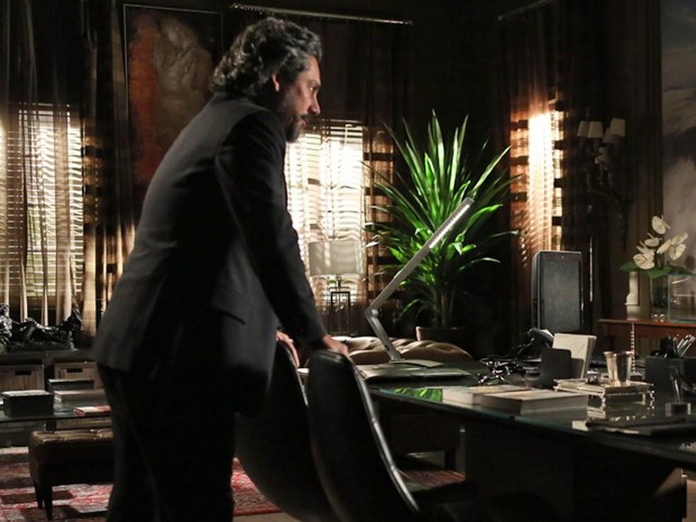 José Alfredo (Alexandre Nero) fica furioso com invasor na sua sala da Império  — Foto: Pedro Curi/Globo