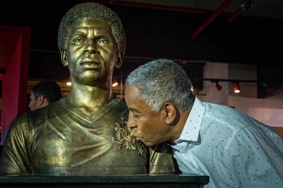 Andrade beija escudo do Flamengo em busto na Gávea — Foto: Paula Reis / CRF