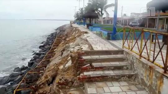 Parte de calçadão e grade de proteção desabam em praia de Macau, RN; vídeo mostra destruição