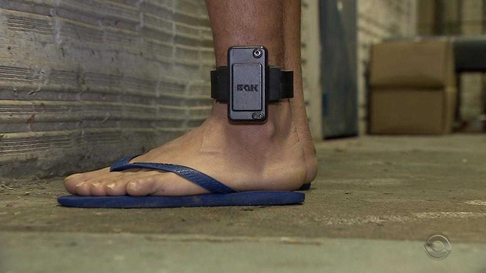 Preso do Rio Grande do Sul usa tornozeleira eletrônica em modelo semelhante ao adotado no DF (Foto: Reprodução/RBS TV)