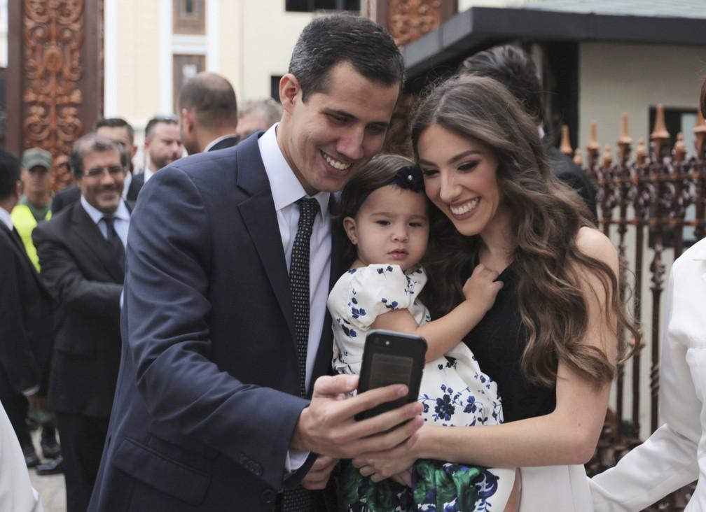 Juan Guaidó faz selfie com sua mulher, Fabiana Rosales, e a filha do casal, Miranda Guaidó, antes de ser empossado como presidente da Assembleia Nacional da Venezuela, em 5 de janeiro — Foto: Fernando Llano, File/AP Photo
