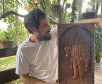 Sergio Guizé com quadro em homenagem ao Candinho de 'Êta mundo bom!' | Arquivo pessoal