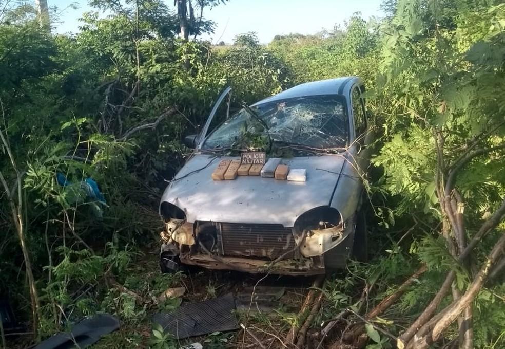 Dupla é presa com mais de 4kg de drogas após carro em que estavam capotar — Foto: Divulgação/Polícia Militar
